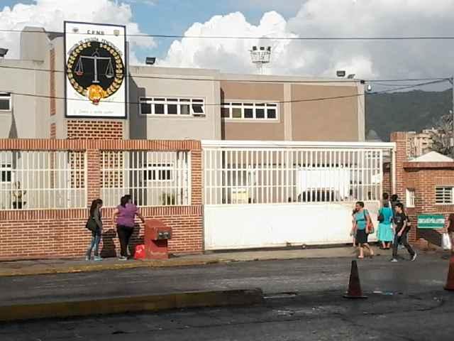 60 colombianos detenidos en galpón de la PNB cumplen 6 días en huelga de hambre