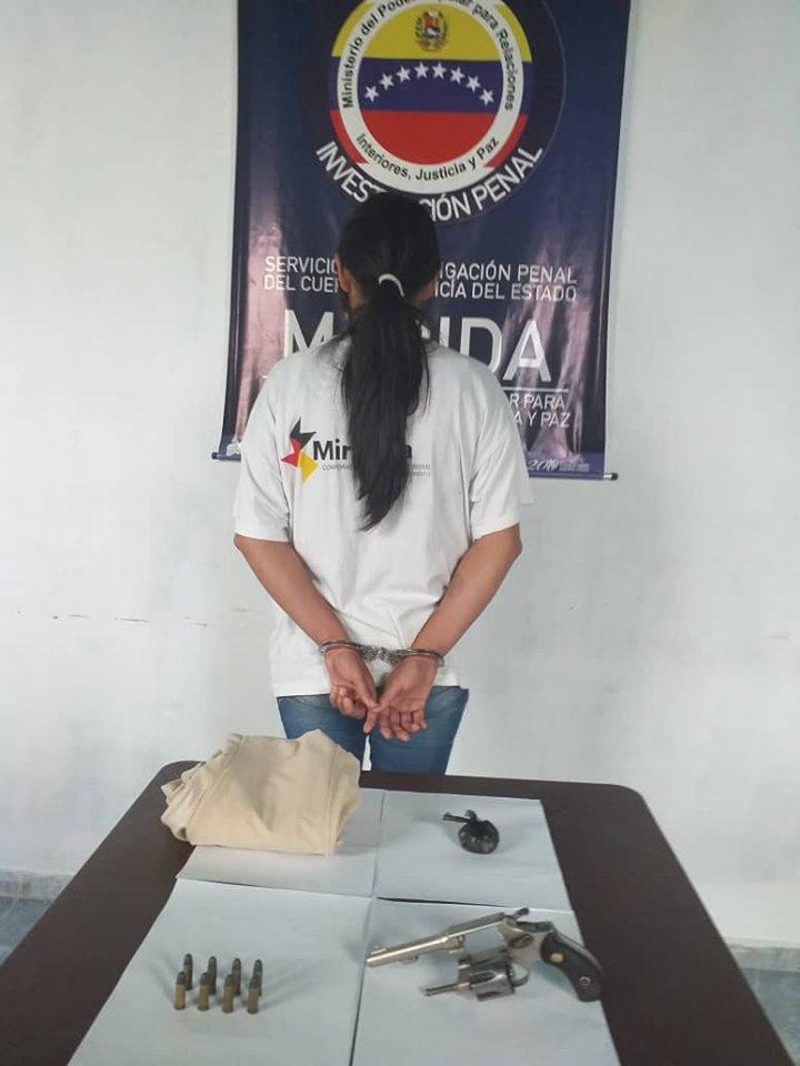Detienen a una mujer que intentó ingresar un arma de fuego y droga al retén de la comandancia general de policía de Mérida