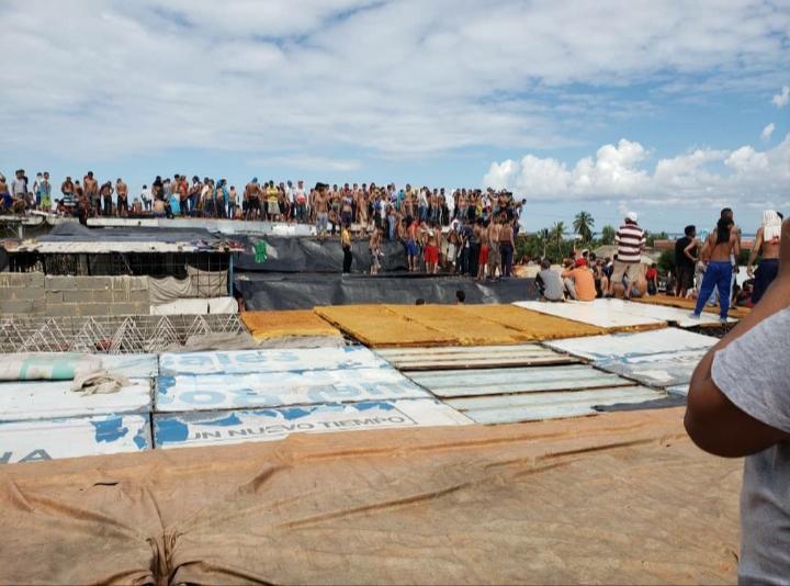 Zulia: Reos toman el retén de Cabimas y suben al techo para protestar