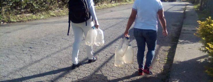 Caracas: Familiares de detenidos en Polihatillo hacen peripecias para llevarles agua potable