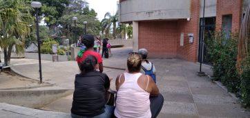 """Familiares denuncian que comida llega """"descompuesta por horas de espera"""" a los privados de libertad en Retén de Caraballeda"""
