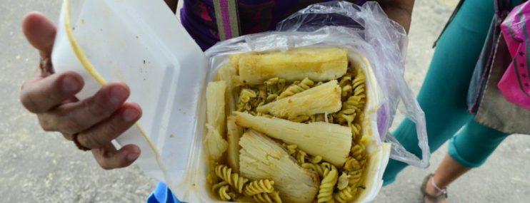 Escasez de alimentos golpea por partida doble a familiares de presos en calabozos