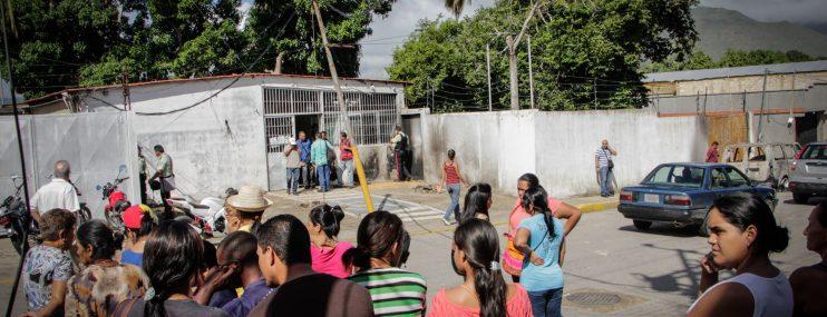 Policías presos violaron a una menor en su casa y los trasladaron tras turba de la comunidad