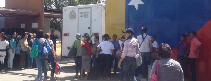 Carabobo: Extensión de la cuarentena hunde en el desespero a familiares de los reclusos