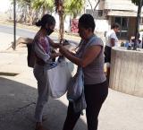 Desgaste físico, económico y emocional enfrentan familiares para garantizar comida en celdas de Vargas