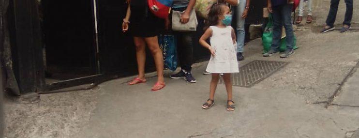 Caracas: Mujeres pasan hasta cuatro horas en colas para entregar alimentos en la PNB de Boleíta
